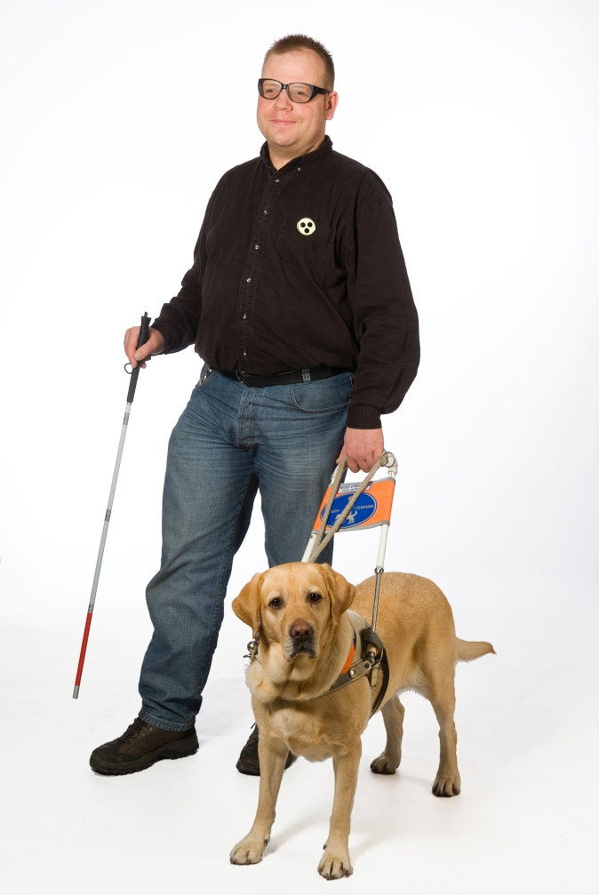 Jürgen Viesel mit seiner Blindenführhündin Lara. Bild: privat