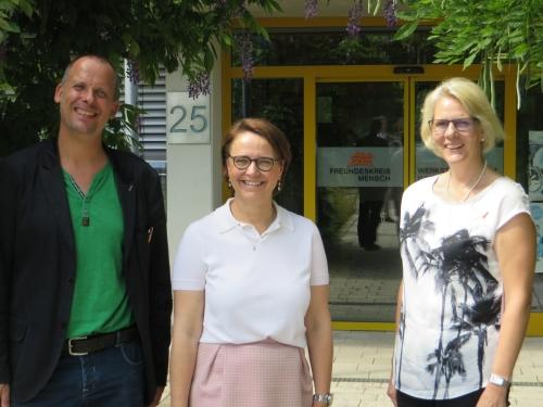 von links: Torsten Hau (Vorstand Freundeskreis Mensch), Staatssekretärin Anette Widmann-Mauz und Johanna Deckert (Stellvertreterin Vorstand)
